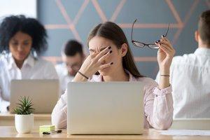 Tu ženske na delovnem mestu ne smejo nositi očal