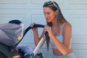 Mlada seksi mamica: zaradi dojenja imam dve različno veliki dojki