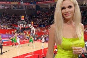 To je vroča blondinka, ki je hipnotizirala moške na tekmi SP v košarki