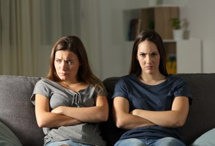 Ko se ljubosumje zaplete v prijateljstvo – kako ga opaziti?