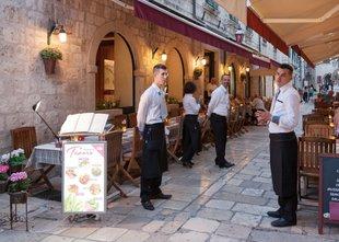 Hrvaški gostinci tarnajo nad turisti, ki si privoščijo le pico in vodo