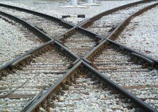 Pri Novem mestu potniški vlak trčil v moškega, ki je na kraju nesreče umrl