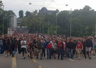 Navijači Crvene Zvezde so se spopadli z domačimi navijači in policijo
