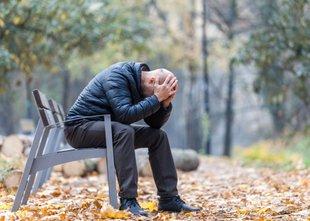 Stiska očeta samohranilca: če ne poplača dolga, bodo hišo prodali na dražbi