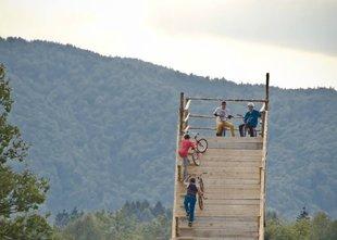 V kolesarskem parku so se vdrla tla skakalnice, 6 mladoletnikov poškodovanih