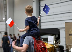 Poljska roka sprave? Premier vendarle razmišlja o 'nekakšnem dogovoru' z EU