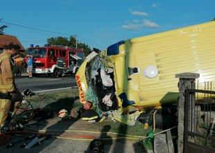V hudi nesreči reševalnega vozila na Hrvaškem umrli medicinska sestra in ...