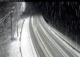 Ponekod po državi sneži, sneg se že oprijemlje cest