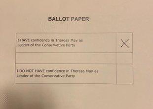 Mayeva preživela glasovanje o nezaupnici