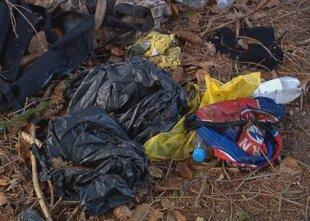 Nelegalni prebežniki v Ilirski Bistrici pustili že za 10 ton odpadkov