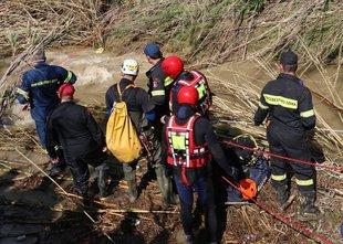V poplavah umrla družina: voda avto odnesla s ceste