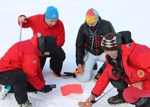 Zimsko usposabljanje: 42 jamarskih reševalcev pod plazom iskalo ponesrečenca