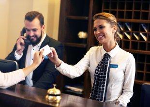 Delavci v turizmu in gostinstvu dočakali višje plače in regres