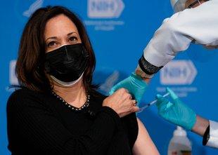 ZDA kupuje dodatne doze cepiva, drugi odmerek prejela tudi Harrisova