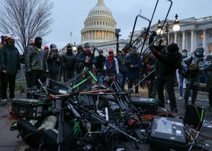 Teorije zarote, da so Kapitol napadli levičarski skrajneži, zavrnil direktor FBI