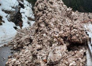 Cesti v bovški občini zasul snežni plaz, opozarjajo pred novimi