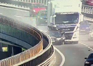 Tovornjak trčil v okvarjeno vozilo: dojenček v lupinici brez hujših poškodb