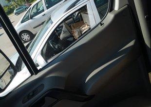 Otroka pustili v avtu na soncu