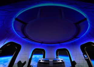 Za sedež zraven Bezosa na poletu v vesolje odštel 28 milijonov