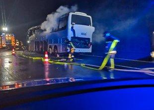 Avtobus, na katerem je bilo 45 ljudi, povsem pogorel