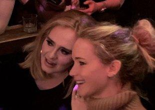 Neverjeten prizor? Adele in Jennifer 'žurali' v gej baru!