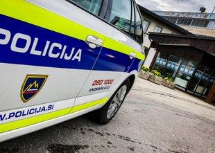 Voznik prevozil stinger, trčil v steber in policistom pobegnil peš