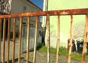 Kovinska vrata, ki so padla na 7-letnega dečka, naj bi bila že več dni ...