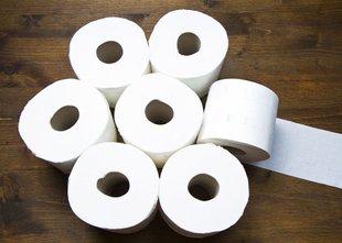 'Pograbila je zavitek toaletnega papirja in se v solzah zahvaljevala zanj'