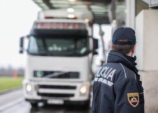 V nesreči hudo poškodovan 21-letni voznik slovenskega tovornjaka