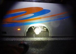 Avtobusu, ki je prevažal 18 otrok, odpadli obe zadnji levi kolesi