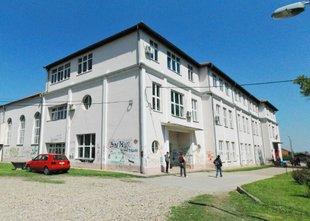 Moški, oborožen do zob, vkorakal v šolo v Srbiji, najhujše preprečil profesor