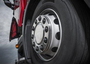 Voznik tovornjaka zaradi slabosti trčil v ograjo, kljub pomoči je umrl