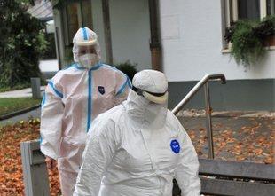 V torek 2226 okužb, po ocenah NIJZ se virus najbolj širi na delovnih mestih