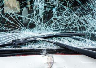 64-letni voznik umrl, ker je zapeljal z vozišča in zgrmel v globel