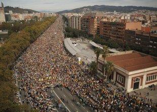 Barcelono dosegli protestniki iz katalonskih mest, na ulicah več deset tisoč ...