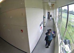 Posnetek trenerja, ki je razorožil dijaka in ga potolažil z objemom