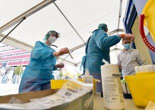 2488 novih okužb, intenzivne postelje v UKC Ljubljana zasedene