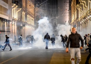 Nemirna noč na italijanskih ulicah: spopadi policije in protestnikov