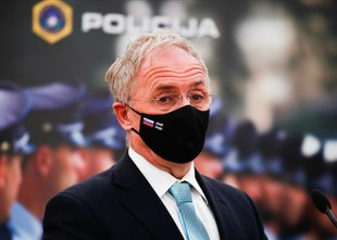 Se je notranji minister Hojs glede dogodka na NPU zlagal poslancu Bakoviču?