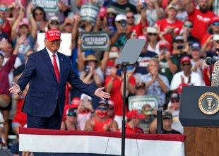 Biden in Trump na Floridi: večtisočglava množica podpornikov slednjega brez mask