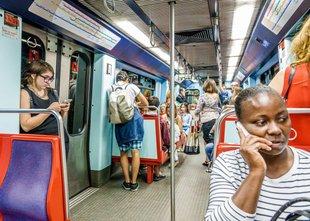 Na vlaku posilil žensko, ostali potniki pa le opazovali, nekateri celo snemali