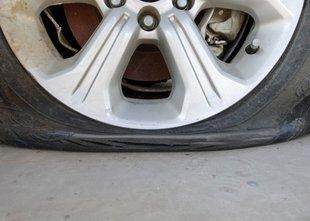 Vozil s praznimi pnevmatikami, ena med vožnjo zagorela