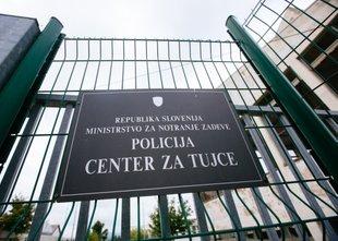 Trije migranti, ki so napadli Belokranjca, niso več v Centru za tujce