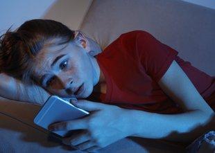 Se vaši otroci zavedajo nevarnosti, ki nanje prežijo na spletu?