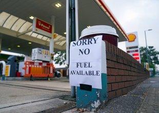 Zaradi paničnega nakupovanja v Veliki Britaniji hudo pomanjkanje goriva