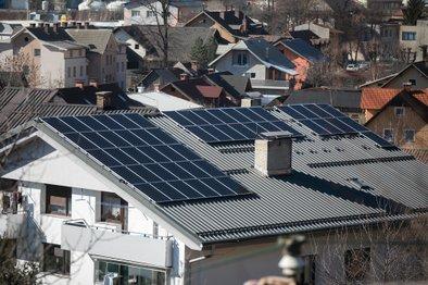 Sončno elektrarno tako lahko zgradimo tudi na večstanovanjskih objektih in z njo oskrbujemo večje število odjemalcev, kar dokazuje ta stanovanjski blok na Jesenicah.