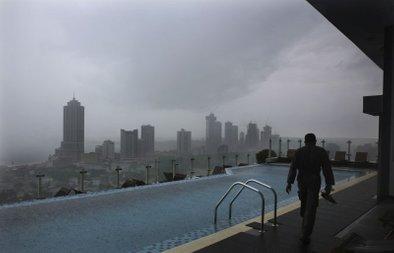 Zaposleni ob bazenu na vrhu hotela v prestolnici