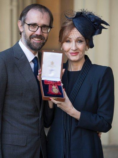 J.K.Rowling s soprogom dr. Neilom Scottom Murrayem.