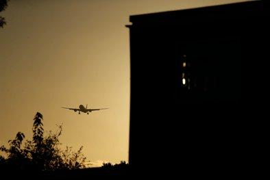 Londonska policija je s kordonom preprečila podnebnim aktivistom, da bi z uporabo dronov blokirali letalski promet na letališču Heathrow.