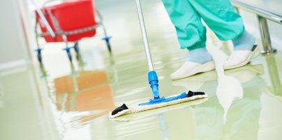 Izračun bruto plače čistilke, ki je zaposlena pri zasebniku in ki dela v okviru javnega naročila v zdravstvenem zavodu